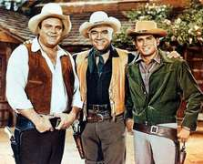 Lorne Greene (Mitte) als Ben Cartwright mit Dan Blocker (li.) als Hoss und Michael landon als Little Joe
